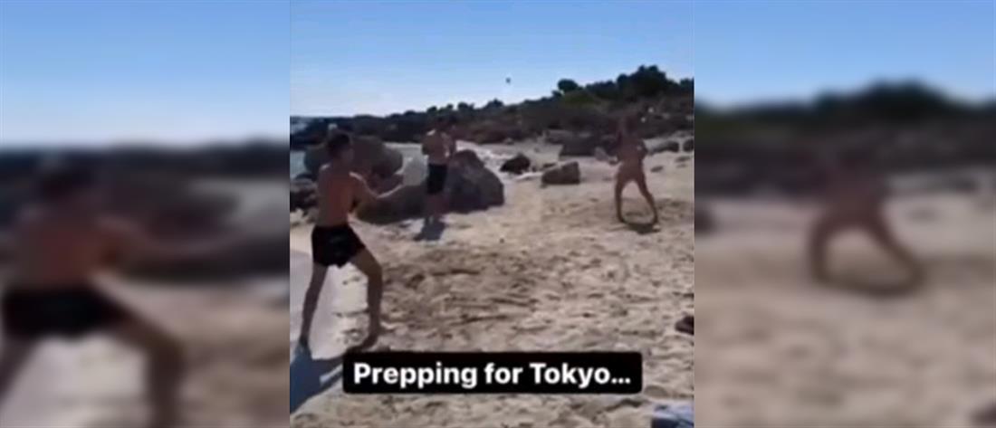 Μητσοτάκης - Σάκκαρη παίζουν ρακέτες στην παραλία (βίντεο)