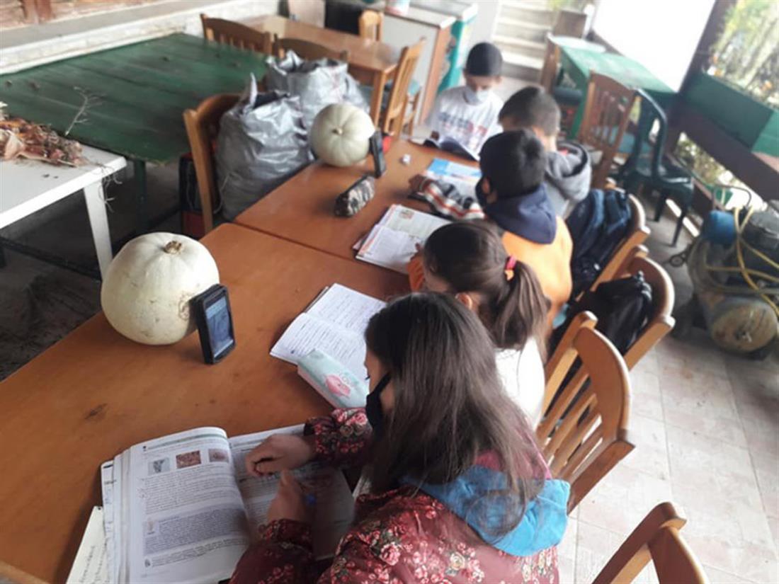 Πύργος - παιδιά- μάθημα - καφενείο - Ιντερνετ