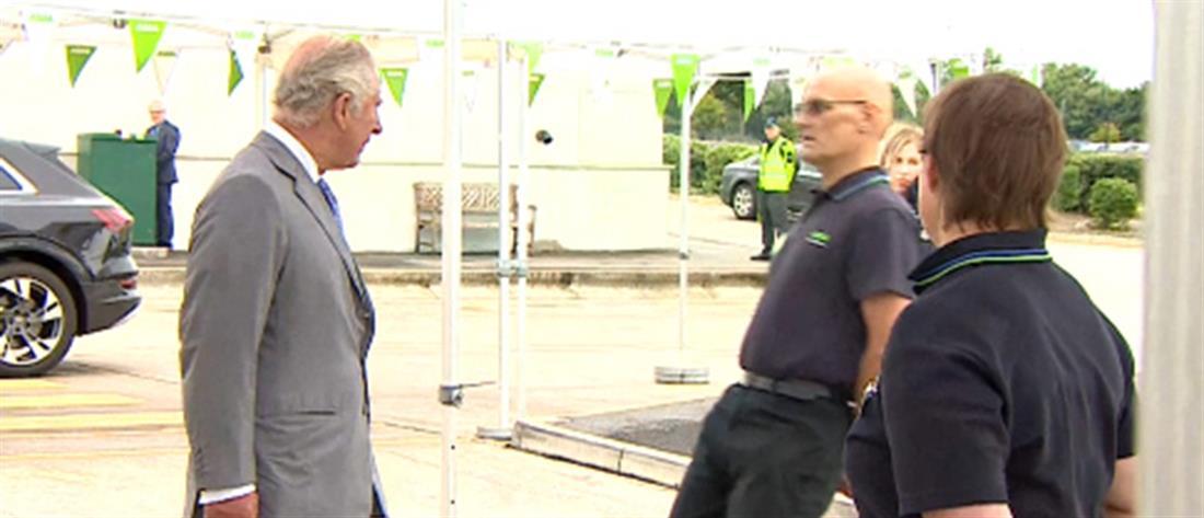 Υπάλληλος λιποθύμησε ενώ μιλούσε με τον Πρίγκιπα Κάρολο (βίντεο)