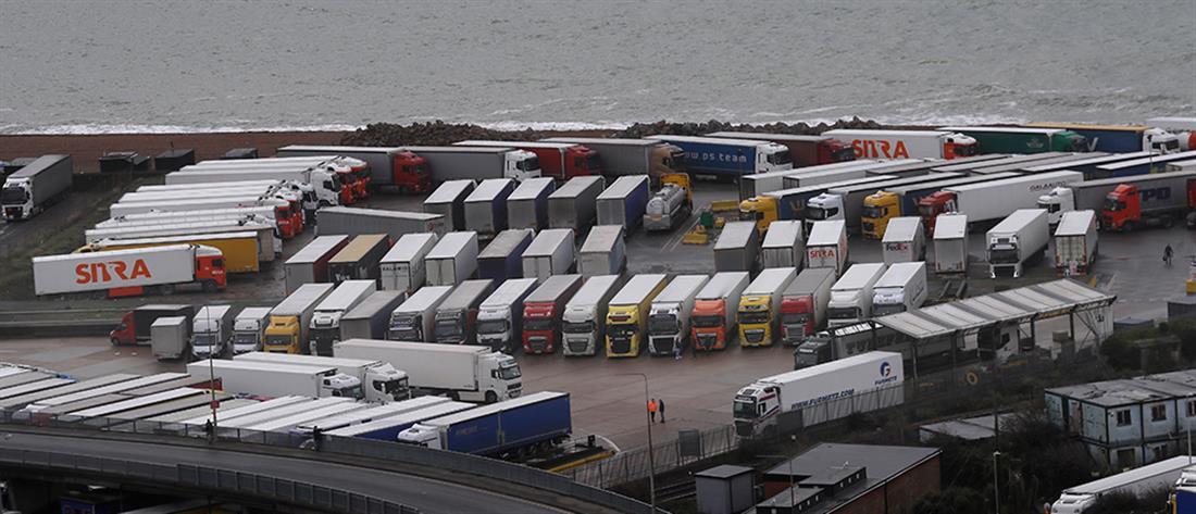 Εκατοντάδες φορτηγά στα σύνορα Αγγλίας – Γαλλίας (εικόνες)