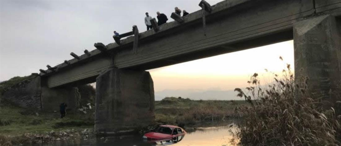 Πέταξαν αυτοκίνητα από γέφυρα σε ποτάμι
