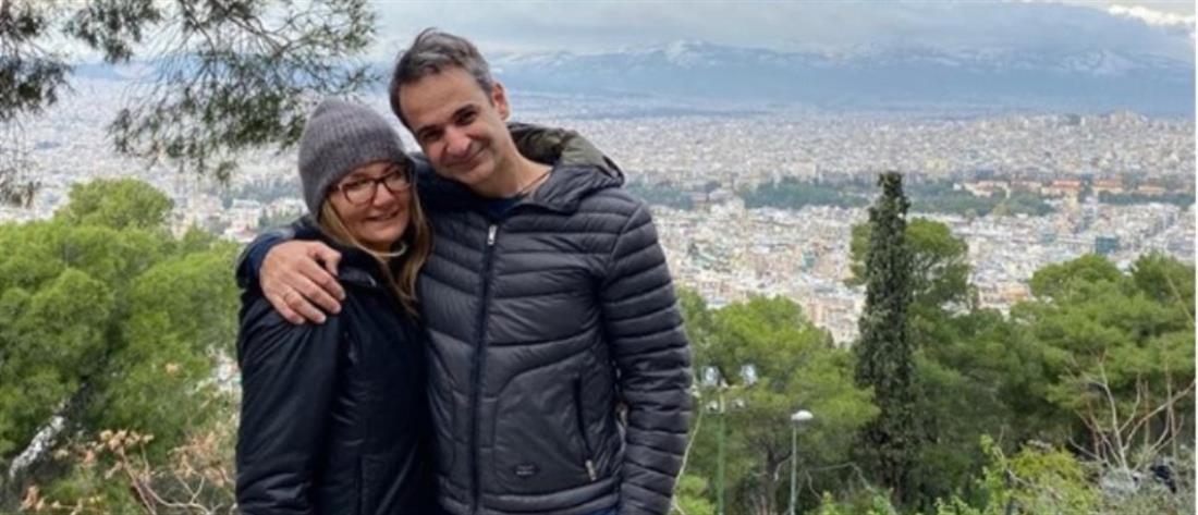 """Μητσοτάκης και Μαρέβα στον Λυκαβηττό με ευχές για """"Καλή Χρονιά"""""""