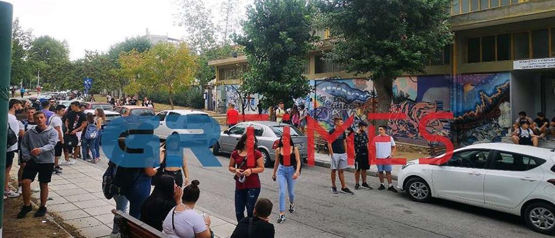 Θεσσαλονίκη: καθηγητής έβγαλε έξω μαθήτρια γιατί δεν φορούσε μάσκα (εικόνες)