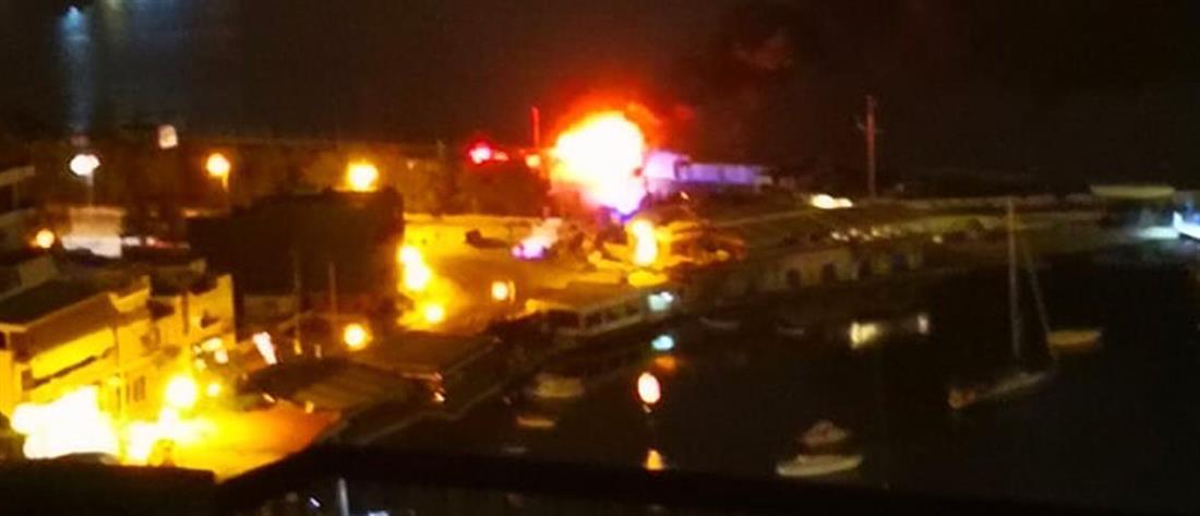 Μεγάλη φωτιά σε σκάφος στον Πειραιά (εικόνες)