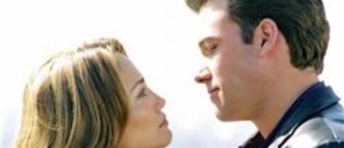 Τζένιφερ Λόπεζ- Μπεν Άφλεκ: Το πρώτο καυτό δημόσιο φιλί του ζευγαριού! (βίντεο)
