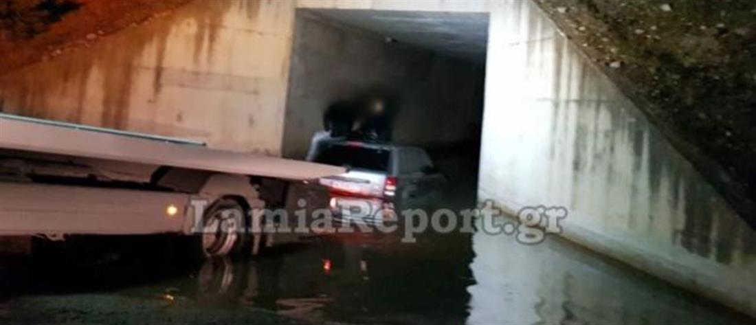Αυτοκίνητο εγκλωβίστηκε κάτω από γέφυρα (εικόνες)