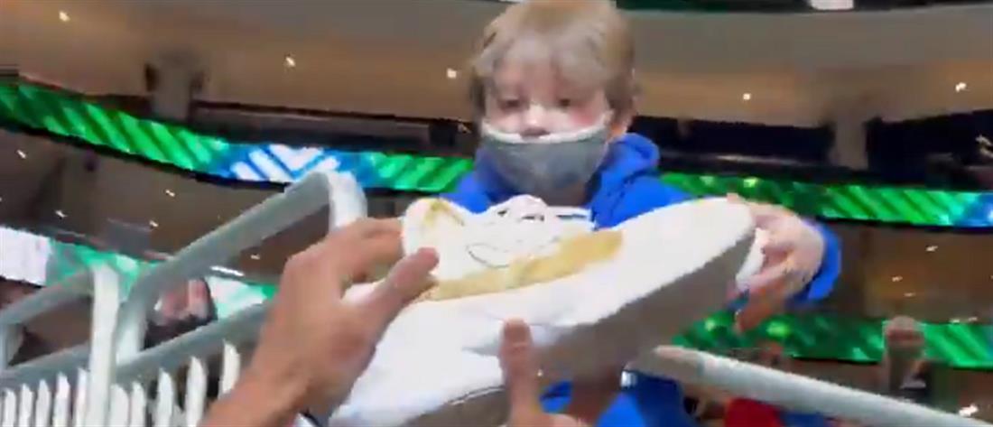 Γιάννης Αντετοκούνμπο: χάρισε τα παπούτσια του σε μικρό θαυμαστή του (βίντεο)