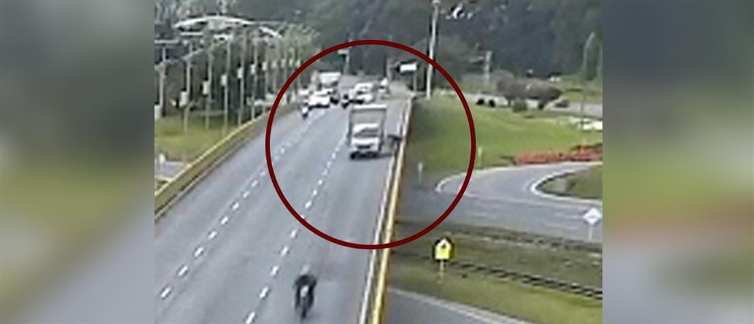 Έριξε μοτοσικλετιστή από γέφυρα (βίντεο)