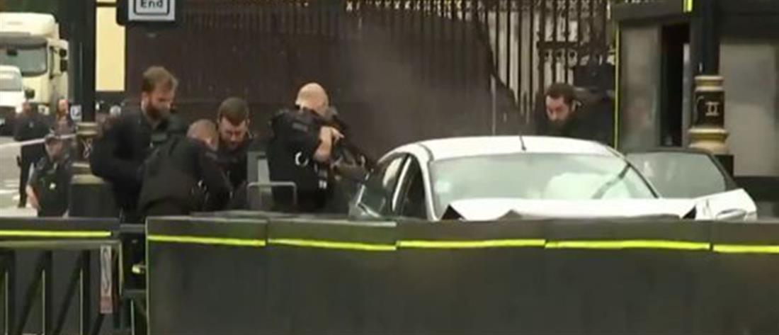 Αυτοκίνητο έπεσε στα προστατευτικά της Βουλής της Βρετανίας (βίντεο)