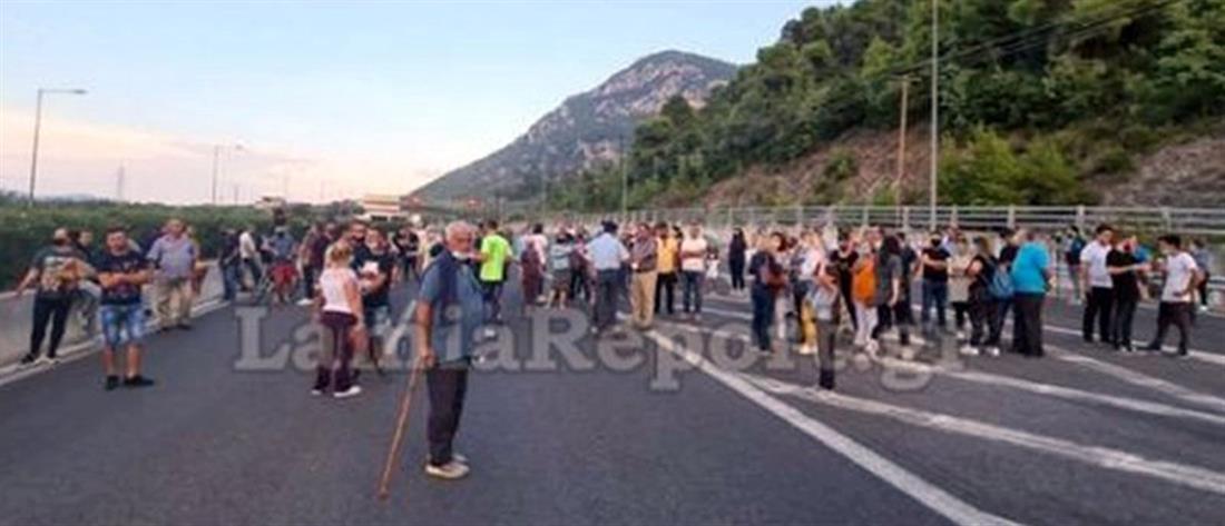 """""""Μπλόκο"""" στην Αθηνών-Λαμίας για τους πρόσφυγες στα Καμένα Βούρλα"""