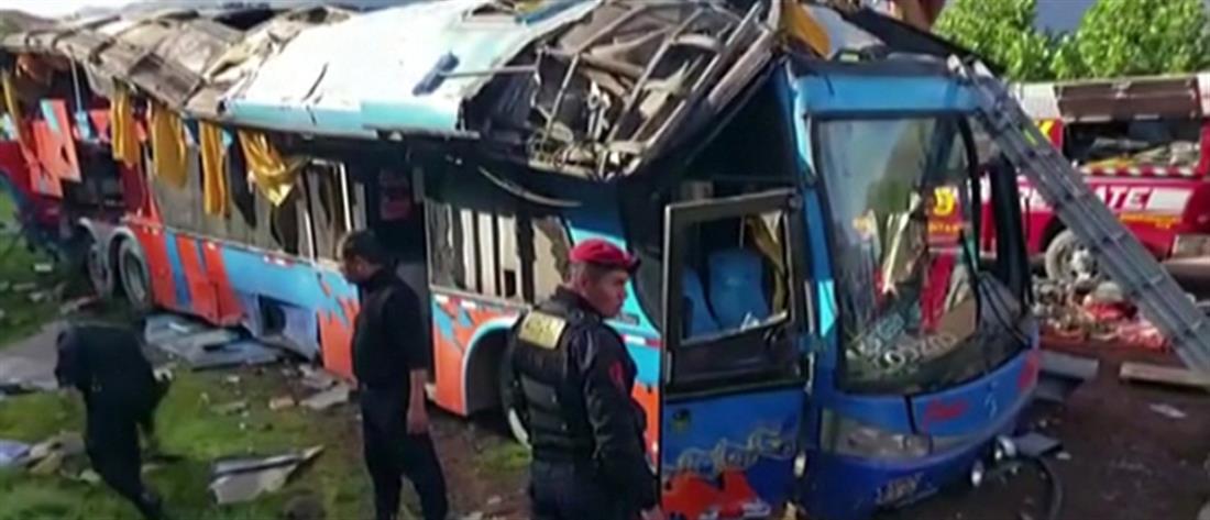 """Λεωφορείο με μαθητές έκανε """"βουτιά"""" 50 μέτρων (βίντεο)"""