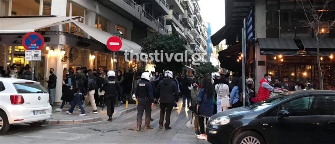 Θεσσαλονίκη: Κοσμοπλημμύρα έξω από μπαρ (εικόνες)