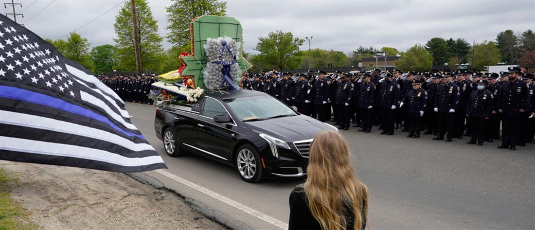 Αναστάσιος Τσάκος: Θρήνος και συγκίνηση στην κηδεία του Έλληνα αστυνομικού