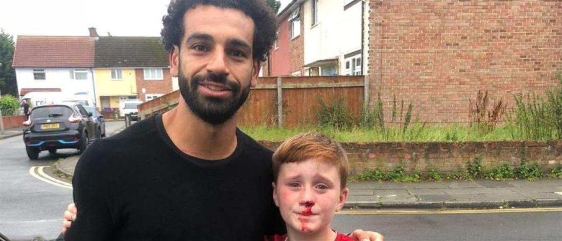 Ο Σαλάχ φωτογραφήθηκε με ανήλικο που έσπασε τη μύτη του για να τον δει (εικόνες)