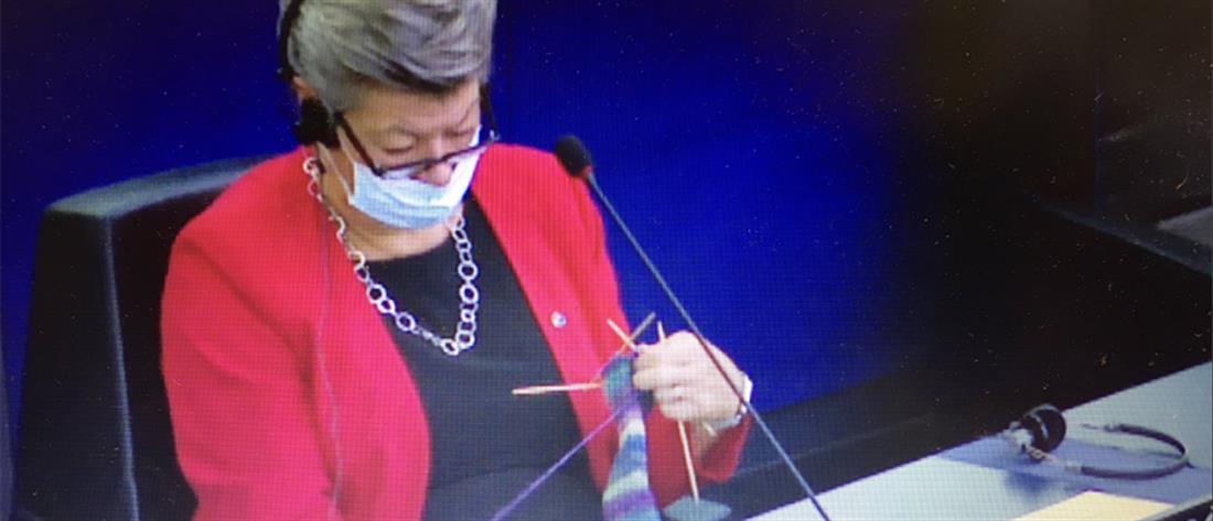 Ευρωβουλή: Η Φον ντερ Λάιεν μιλούσε και η επίτροπος... έπλεκε (βίντεο)