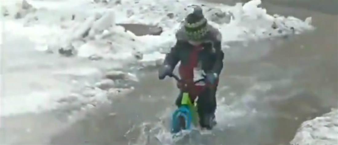 Αγοράκι κάνει ποδήλατο σε πλημμυρισμένο δρόμο (βίντεο)
