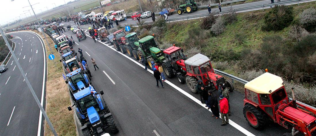 """Αγροτικά μπλόκα: """"κόπηκε"""" η Ελλάδα στη μέση"""