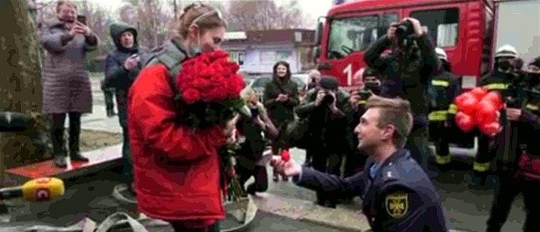 Πρόταση γάμου σε… εκκένωση κτηρίου για φωτιά (βίντεο)