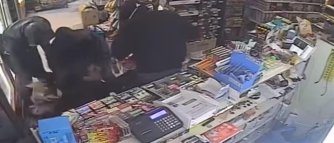 Βίντεο σοκ από θρασύτατη ληστεία σε μίνι μάρκετ στο Πόρτο Ράφτη (βίντεο)