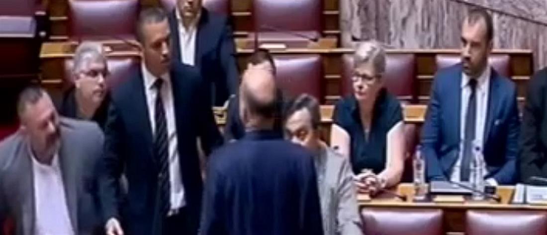 Αποβολή Κασιδιάρη από την Βουλή μετά την επίθεση στον Δένδια