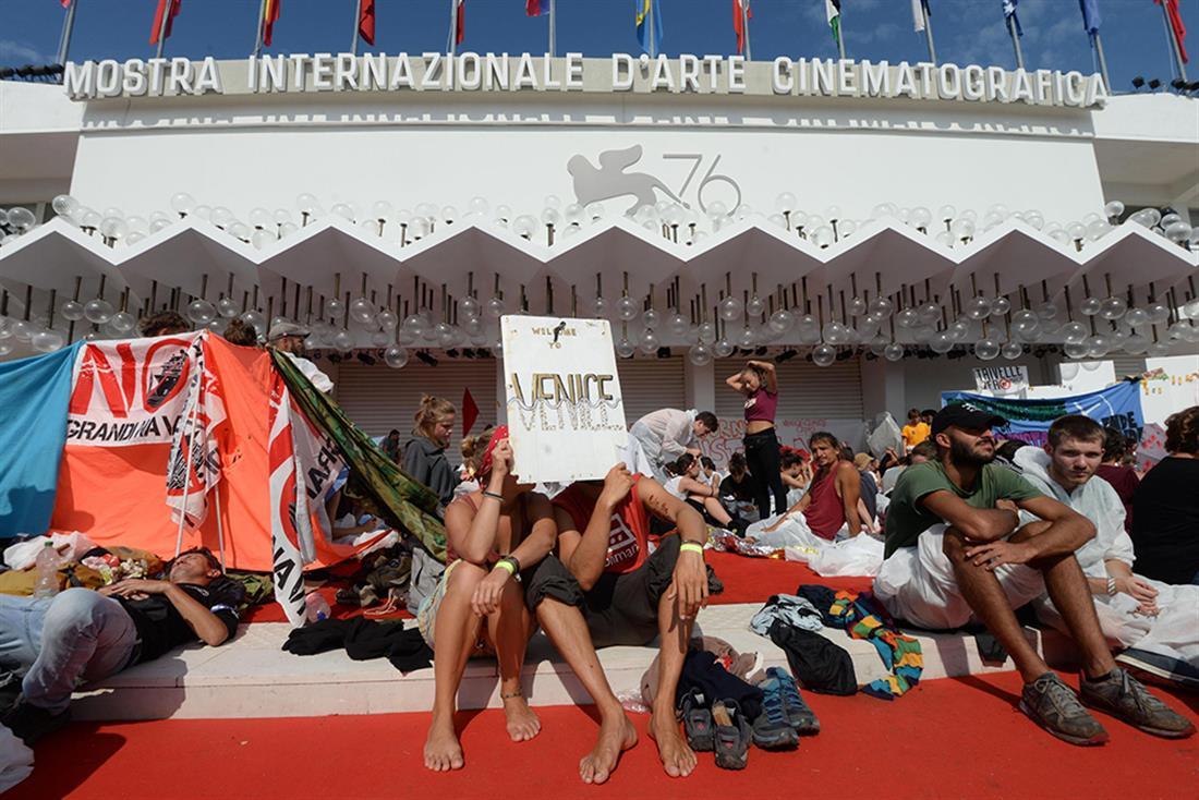 Φεστιβάλ Βενετίας - ακτιβιστές - κόκκινο χαλί