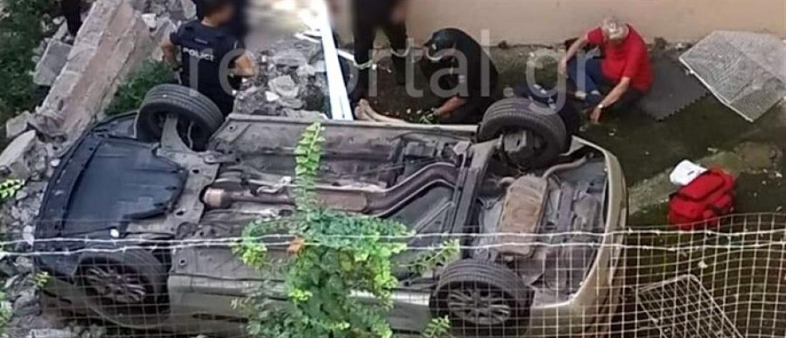 Αυτοκίνητο... προσγειώθηκε σε αυλή σπιτιού (εικόνες)
