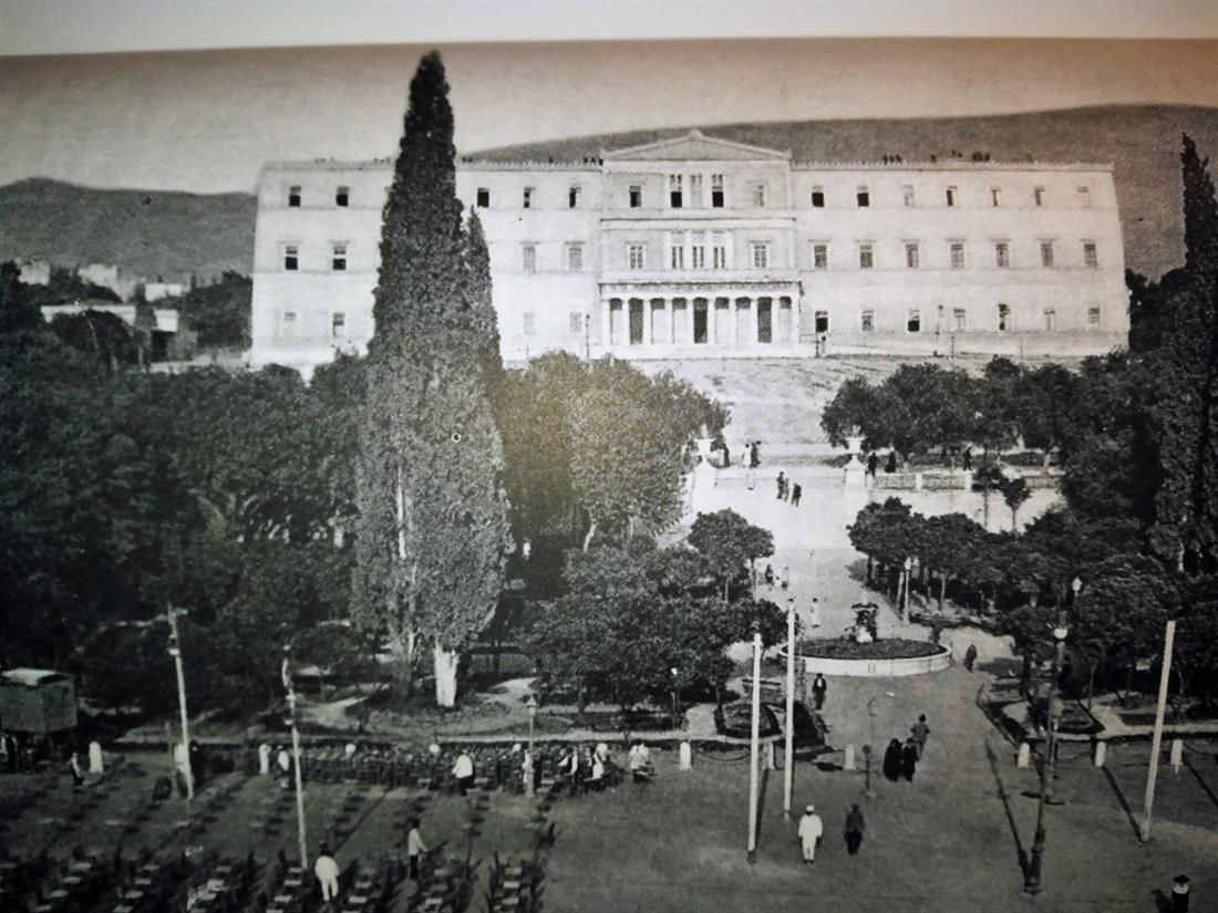 Πλατεία Συντάγματος - Ανάκτορα - 1860 - Βουλή