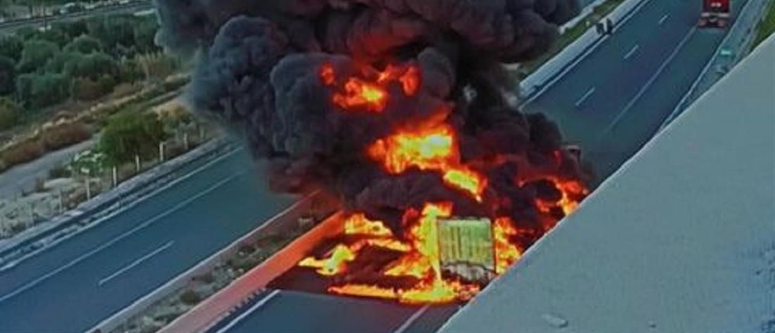 Φορτηγό έπιασε φωτιά εν κινήσει στην Εθνική Οδό (εικόνες)