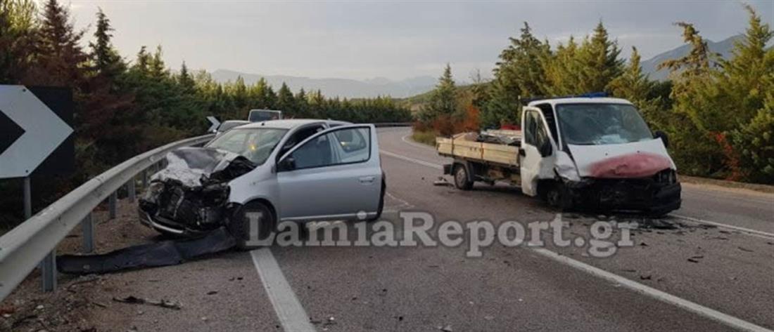 Σφοδρή μετωπική σύγκρουση μικρού φορτηγού με ΙΧ (εικόνες)