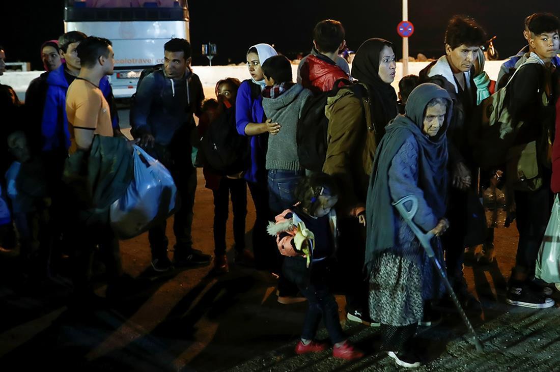 Πρόσφυγες - μετανάστες - λιμάνι Μυτιλήνης - αποσυμφόρηση