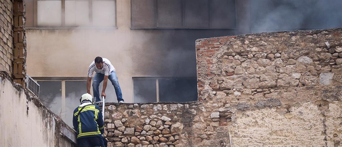 Φωτιά σε κτίριο στου Ψυρρή (εικόνες)