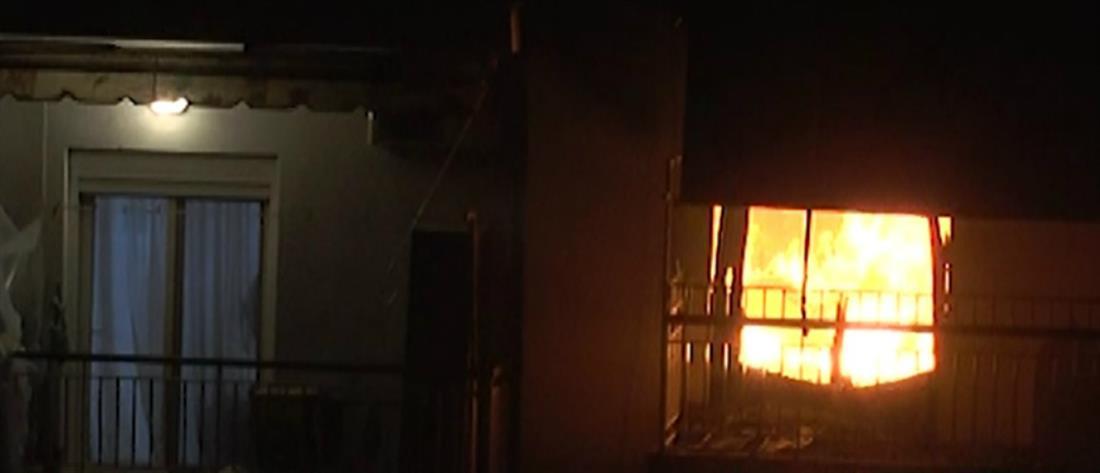 Τρόμος από μεγάλη πυρκαγιά σε διαμέρισμα πολυκατοικίας (βίντεο)
