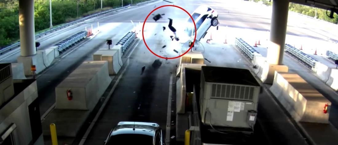 """Επιβάτης αυτοκινήτου """"εκτοξεύεται"""" από το παρμπρίζ! (Βίντεο)"""