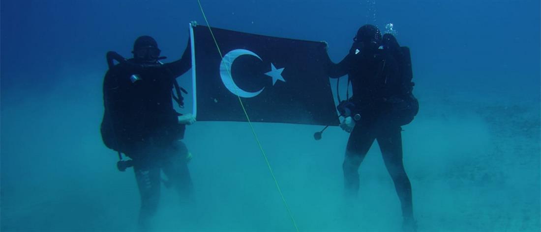 Κομάντος φωτογραφίζονται με την τουρκική σημαία στον βυθό της Σούδας (εικόνες)