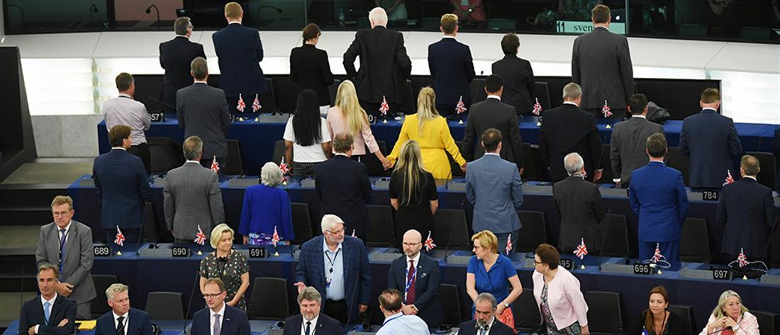 "Tην πλάτη τους στον ευρωπαϊκό ύμνο γύρισαν οι ""ευρωβουλευτές"" του Brexit (βίντεο)"