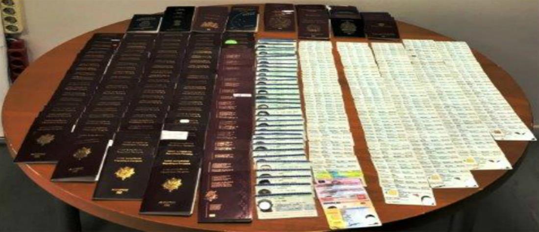 Την έπιασαν στο αεροδρόμιο με 400 διαβατήρια και ταυτότητες (εικόνες)