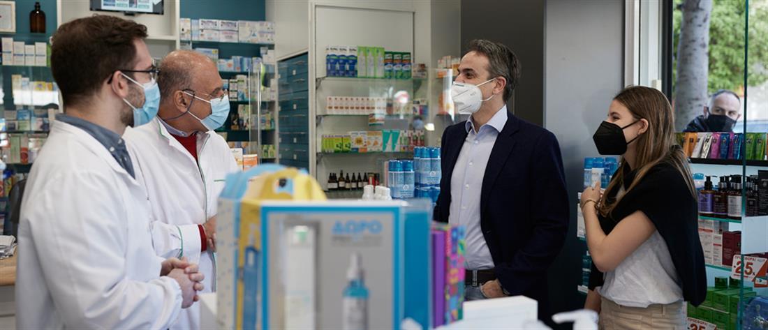 Σε φαρμακείο με την κόρη του ο Μητσοτάκης για την προμήθεια self test (εικόνες)