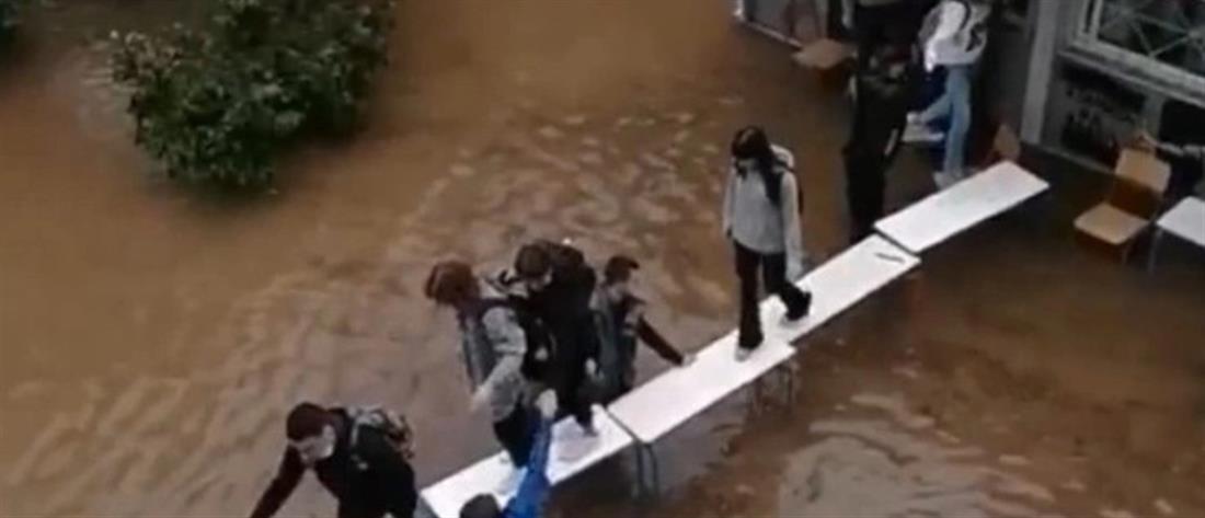 Μαθητές - Νέα Φιλαδέλφεια - γέφυρα με θρανία - πλημμυρισμένο σχολείο