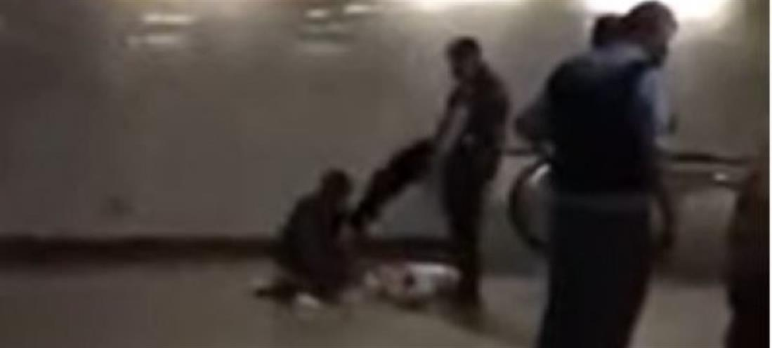 Αστυνομικός κλωτσά άνδρα με γύψο και πατερίτσες (βίντεο)