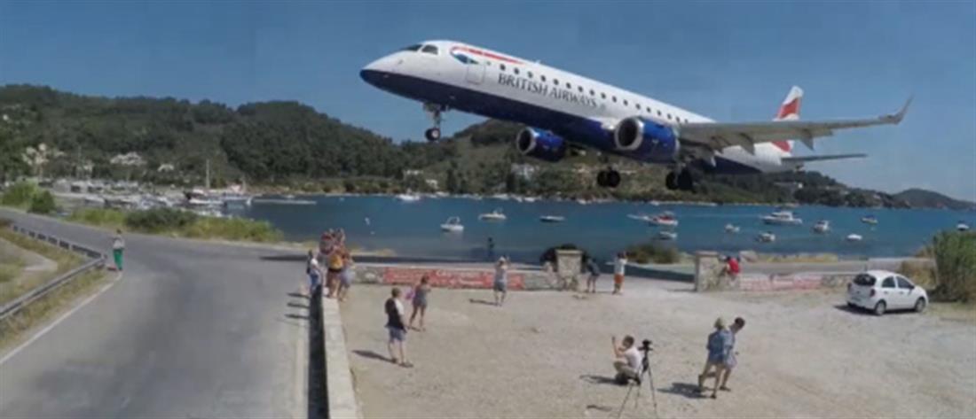 """Σκιάθος: αεροπλάνο πετά """"ξυστά"""" από τα κεφάλια κόσμου (βίντεο)"""