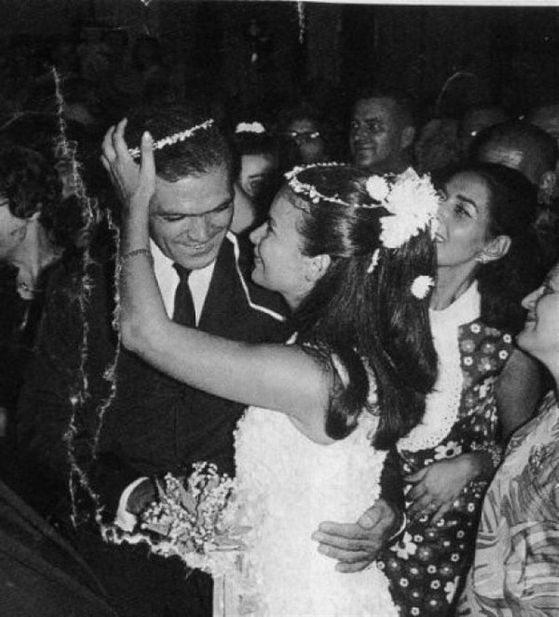 O γάμος της Τζένης Καρέζη και του Κώστα Καζάκου