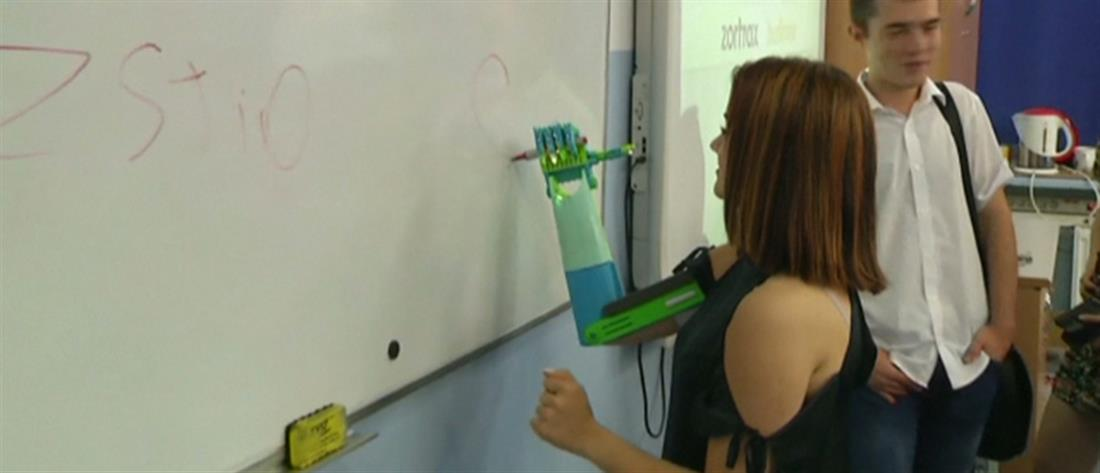 Η 19χρονη μηχανικός αυτοκινήτων που έλαβε δώρο προσθετικό χέρι (βίντεο)