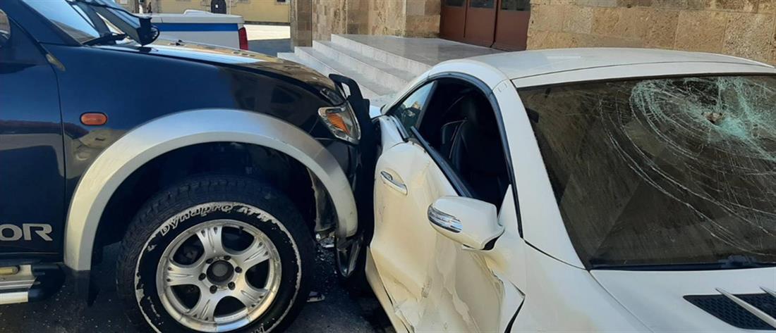 Ρόδος:  Η στιγμή που αστυνομικός σπάει το αυτοκίνητο του διευθυντή του (βίντεο)