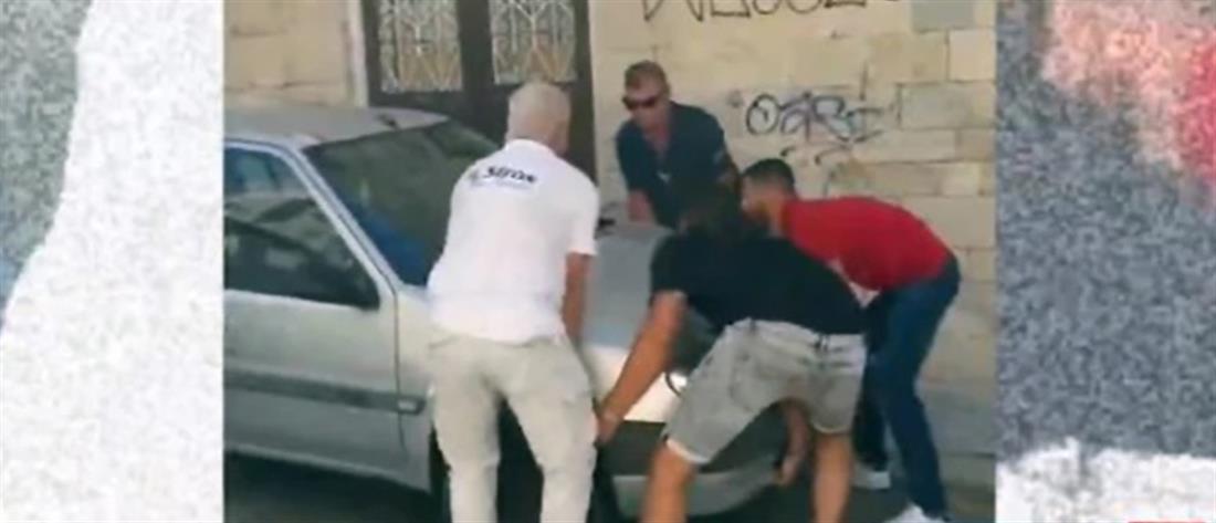 Σύρος: Μετακίνησαν αυτοκίνητο με τα χέρια για να περάσει λεωφορείο (βίντεο)