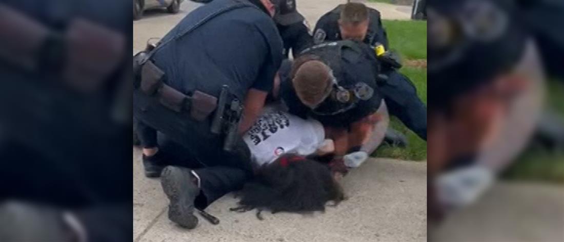 Αστυνομική βία στις ΗΠΑ: μπουνιές στο πρόσωπο ακινητοποιημένου διαδηλωτή (βίντεο)