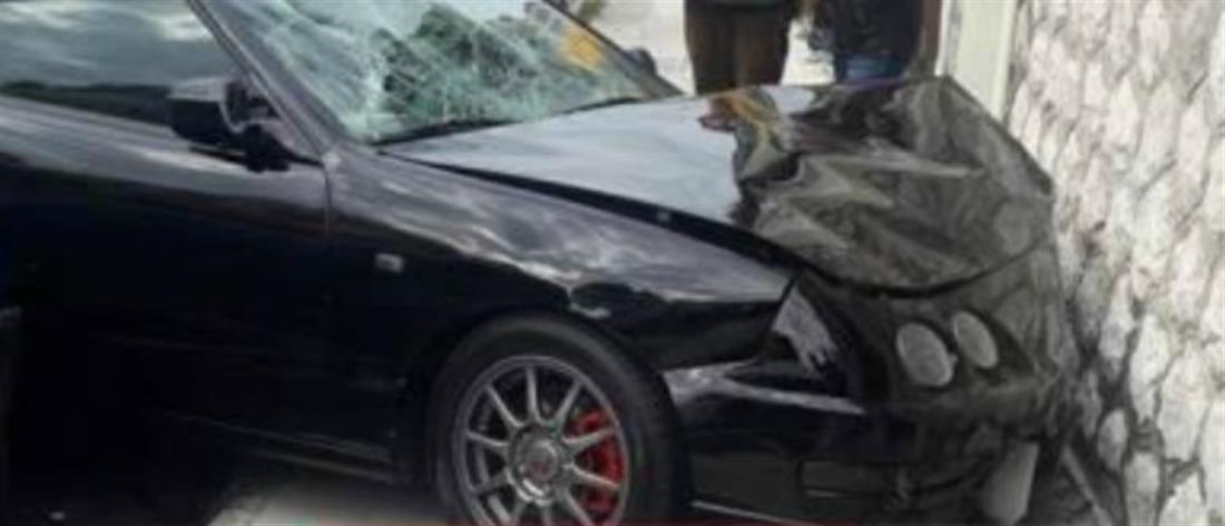 """Αυτοκίνητο παρέσυρε και """"εκσφενδόνισε"""" πεζή που περίμενε σε νησίδα (εικόνες)"""