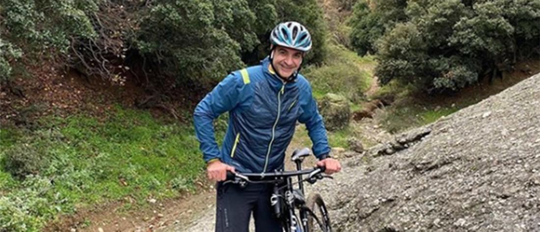 Η βόλτα του Κυριάκου Μητσοτάκη στα Μετέωρα με ποδήλατο