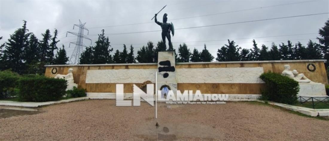 Βεβήλωσαν το άγαλμα του Λεωνίδα (εικόνες)