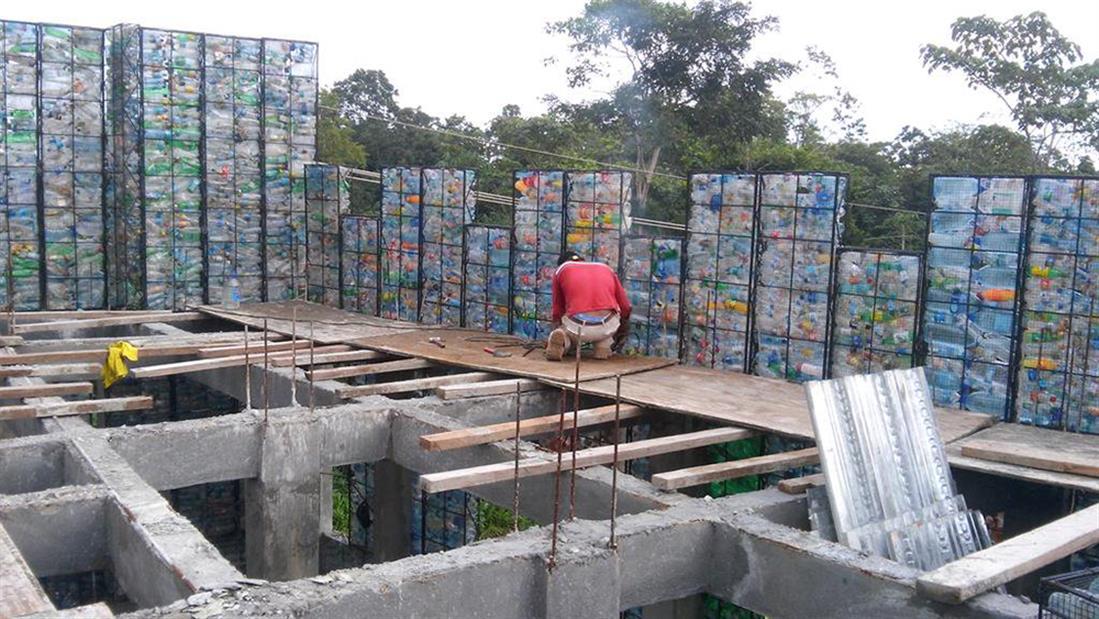 Χωριό - πλαστικά μπουκάλια - Παναμάς
