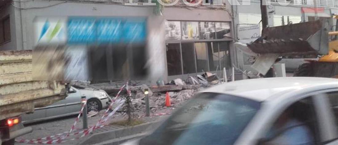 Μπαλκόνι έπεσε σε αυτοκίνητα σταθμευμένα σε πεζοδρόμιο (εικόνες)